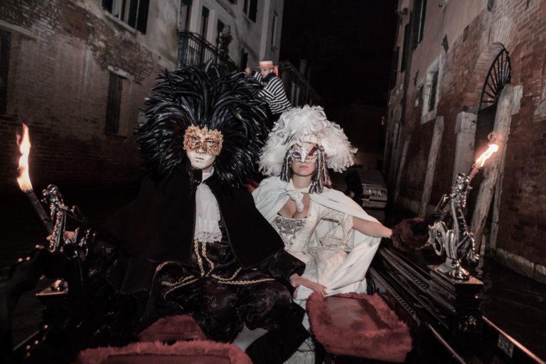 masque-a-plumes-noires-venise-gondole