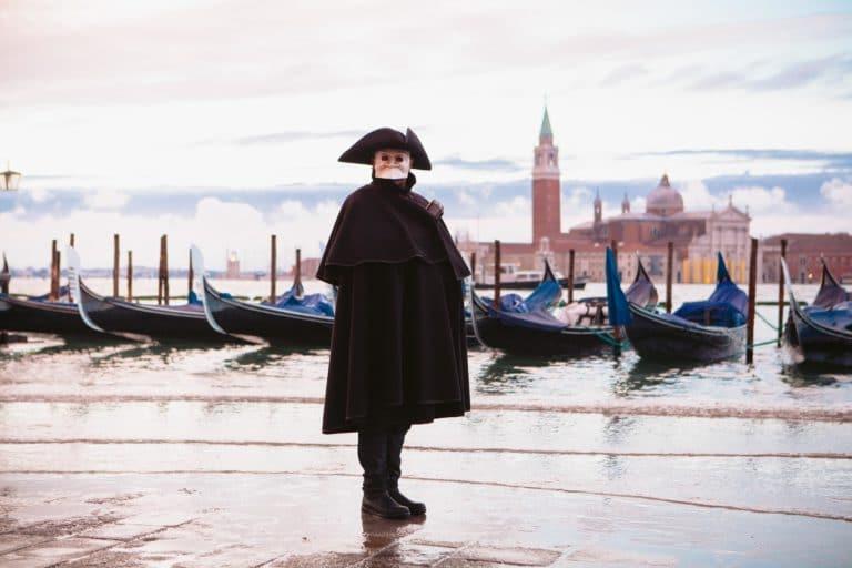 personnage mysterieux venise masque bauta cape noire gondoles campanile venezia