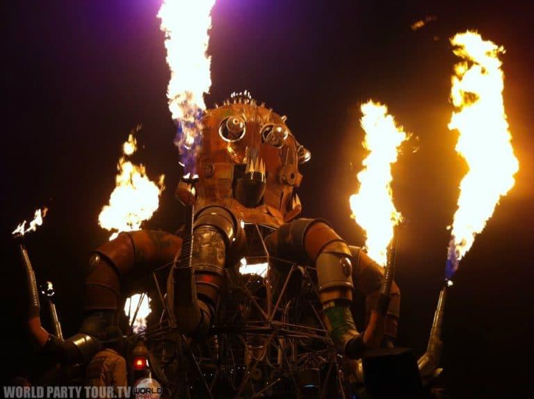 pieuvre mecanique et feu burning man 2011 world party tour