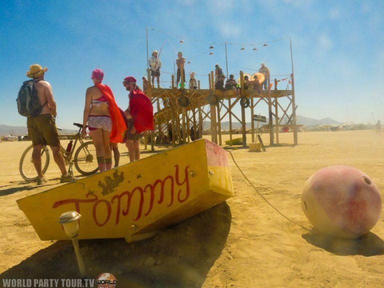 ponton de pecheurs dans le desert burning man 2011 world party tour