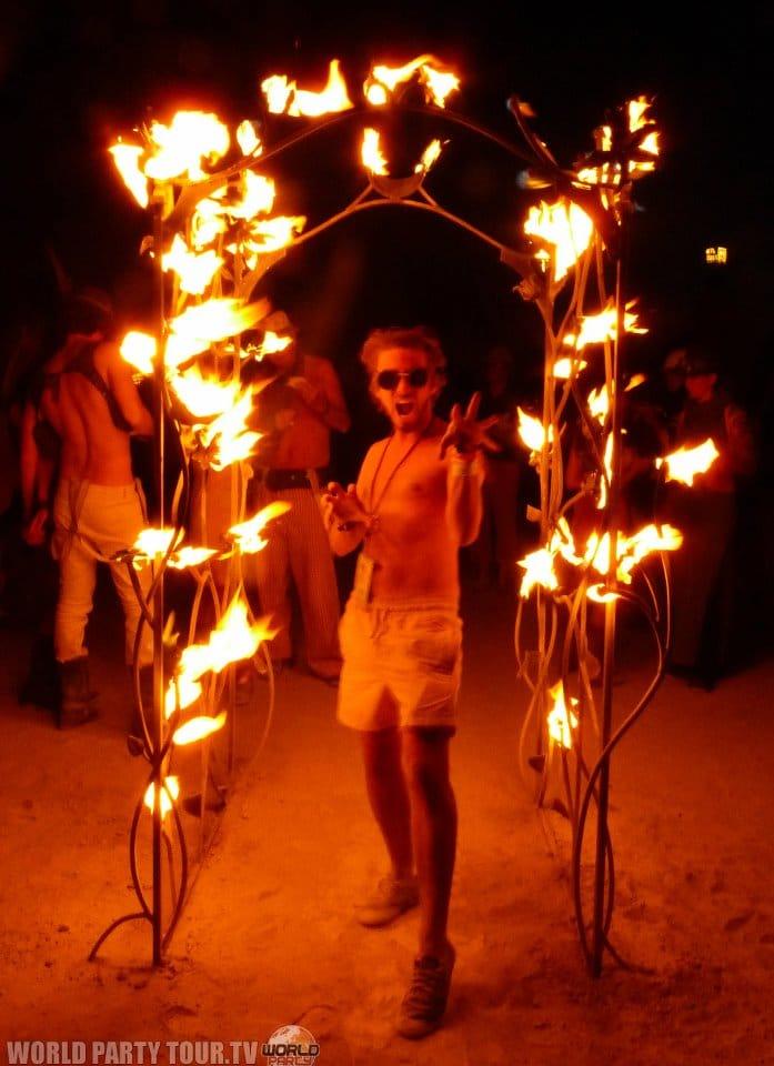 porte enflammee burning man 2011 world party tour