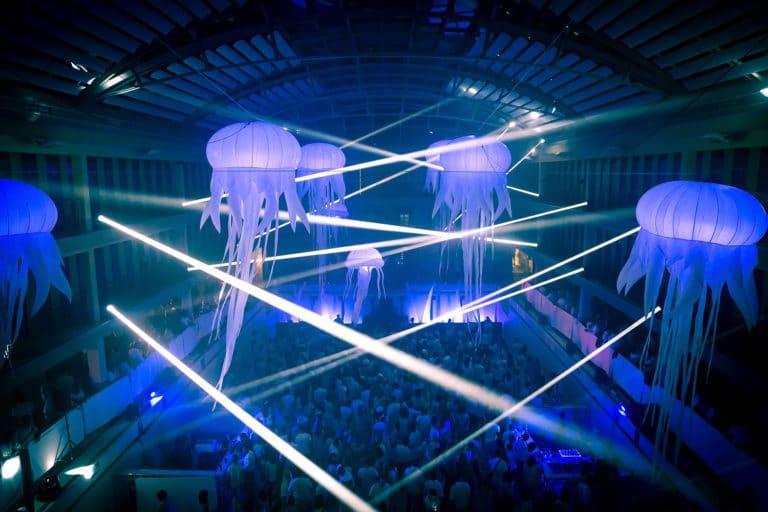 méduses geante decoration evenementielle scénographie sur mesure piscine pailleron espace sportif pailleron paris france soirée underwater 2 II agence wato we are the oracle evenementiel events